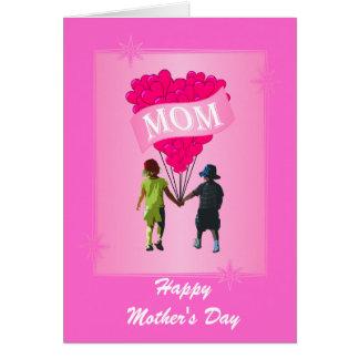 Dia das mães cor-de-rosa do coração cartão comemorativo