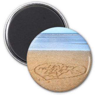 Dia das mães feliz com coração do amor na areia ímã redondo 5.08cm