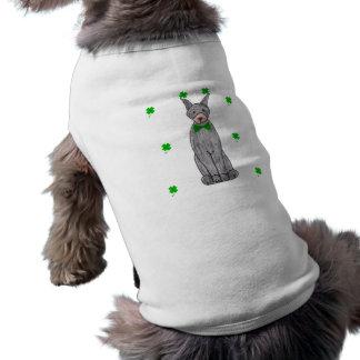Dia de Patricks do santo do preto do Pinscher do D Camisa Sem Mangas Para Cachorro