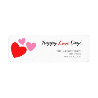 Dia feliz do amor dos corações cor-de-rosa e etiqueta endereço de retorno