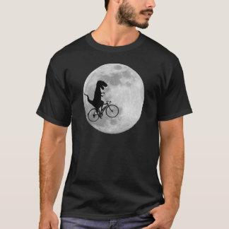 Dinossauro em uma bicicleta no céu com t-shirt da