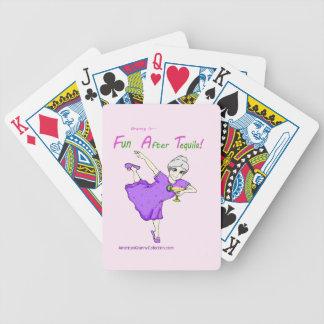 Divertimento americano da avó após cartões de jogo baralho para poker