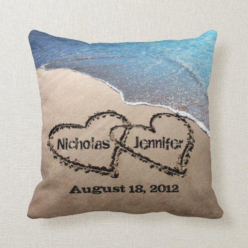 Dois corações no travesseiro do casamento de praia