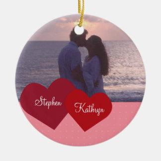 Dois corações picam o aniversário de casamento ornamento de cerâmica redondo