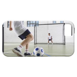 Dois meninos, envelhecidos 8-9, jogando o futebol capas para iPhone 5