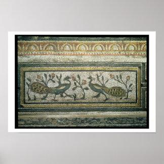 Dois pavões, detalhe decorativo da beira de um mos poster