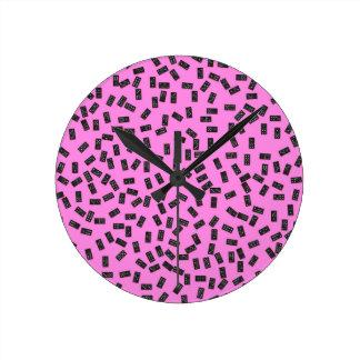 Dominós no rosa relógios de pendurar