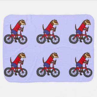 Doninha engraçada que monta a bicicleta vermelha cobertores para bebe
