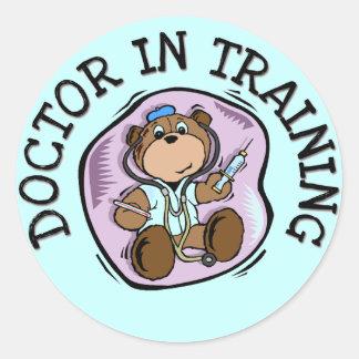 Doutor em t-shirt e em presentes do treinamento adesivo