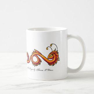 Dragão alaranjado do fogo do tatuagem, dragão do caneca de café