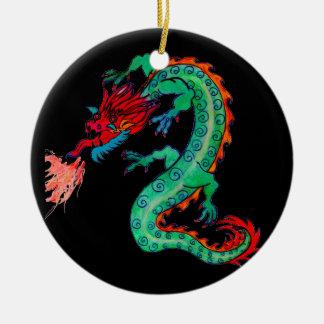 Dragão de respiração do fogo no ornamento