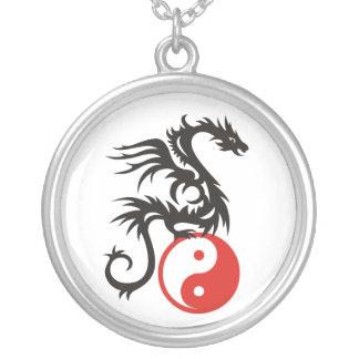 Dragão de Yin & de Yang Colar Banhado A Prata