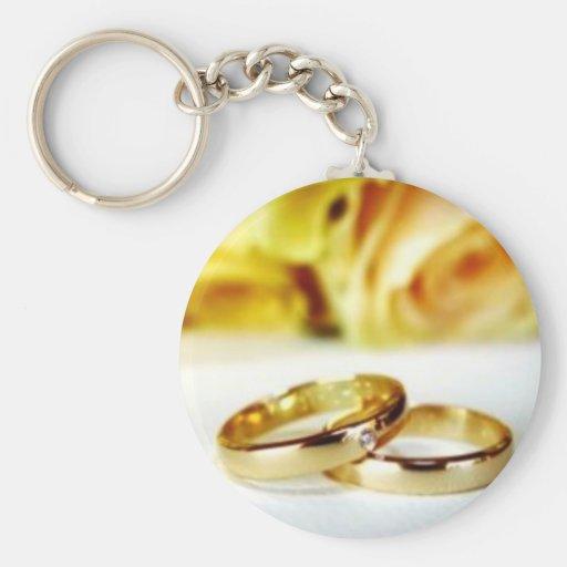 Duas alianças de casamento do ouro chaveiro