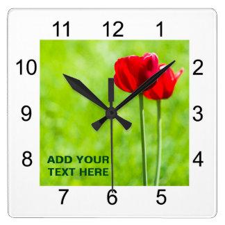 Duas flores vermelhas da tulipa relógios de paredes