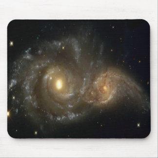 Duas galáxias espirais que colidem no espaço Mouse