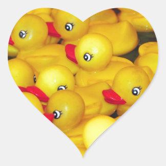 Duckies de borracha amarelos bonitos adesivo coração