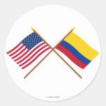 E.U. e bandeiras cruzadas Colômbia Adesivos Redondos