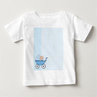 É um menino camisetas