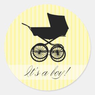 É um menino! Etiqueta amarela do carrinho de bebê Adesivos Em Formato Redondos