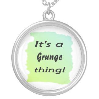 É uma coisa do grunge! colar com pendente redondo