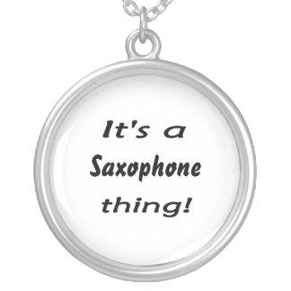 É uma coisa do saxofone! colar com pendente redondo