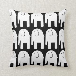 Elefantes brancos no preto almofada