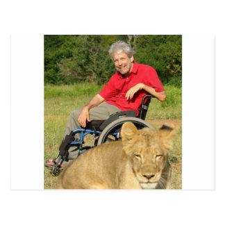 Em uma caminhada com um leão cartão postal
