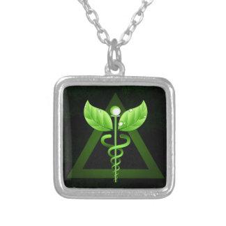 Emblema verde escuro da medicina alternativa do colar com pendente quadrado