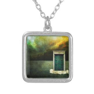 Encanto ideal da porta colar banhado a prata