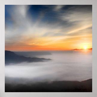 Enevoe sobre as montanhas de japão durante o posters