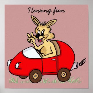 engraçado coelho no seu automóvel impressão