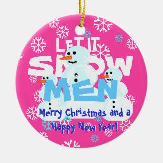 Engraçados cor-de-rosa femininos deixaram-no nevar ornamento de cerâmica redondo