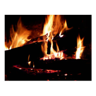 Entra a fotografia morna do fogo da lareira cartão postal