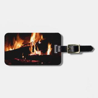 Entra a fotografia morna do fogo da lareira etiqueta para mala