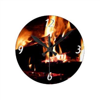 Entra a fotografia morna do fogo da lareira relógios para paredes