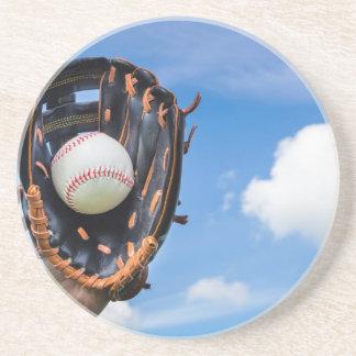 Entregue guardarar o basebol na luva com céu azul porta copos de arenito