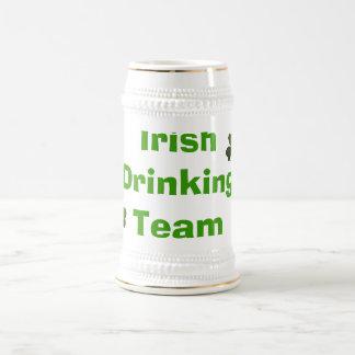 Equipe irlandesa do bebendo caneca de cerveja