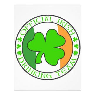 Equipe irlandesa do bebendo panfletos