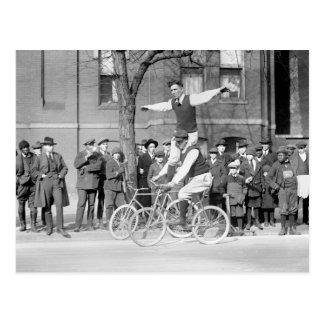 Equitação do truque da bicicleta, 1920 cartão postal