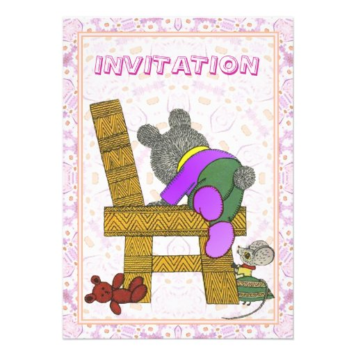Escalando o urso do bebê da cadeira - convite