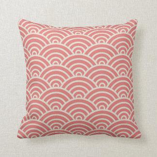 Escalas do art deco no rosa coral almofada