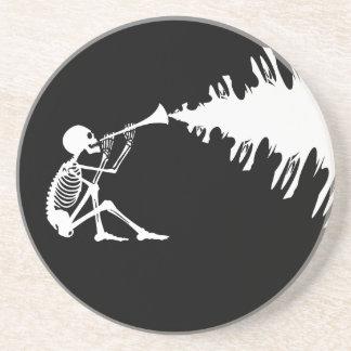 Esqueleto que joga uma música do fazer do chifre porta-copos de arenito