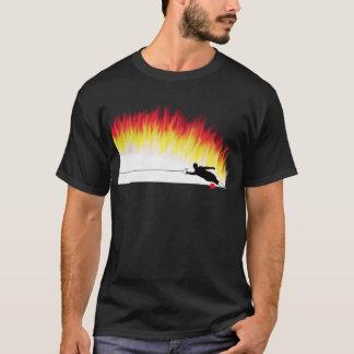 Esquiador da água do slalom com t-shirt das chamas