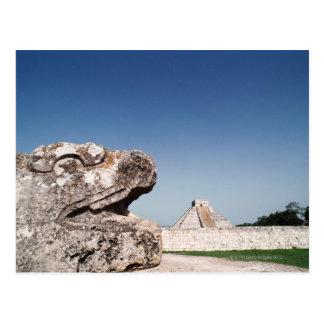 Estátua da serpente pela pirâmide em México Cartão Postal