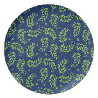 Esverdeie na placa de comensal azul das louças de jantar