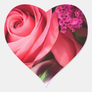 Etiqueta cor-de-rosa do coração dos rosas e das adesivo coração