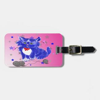 Etiqueta De Bagagem Gatinho azul que joga com linha e borboletas