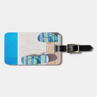 Etiqueta De Bagagem Pares de deslizadores na borda da piscina