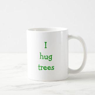 Eu abraço árvores caneca