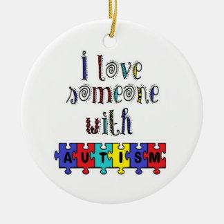 Eu amo alguém com autismo ornamento de cerâmica redondo